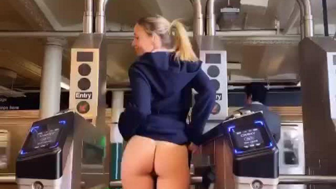 Metro Girişinde Harika Poz Veriyor
